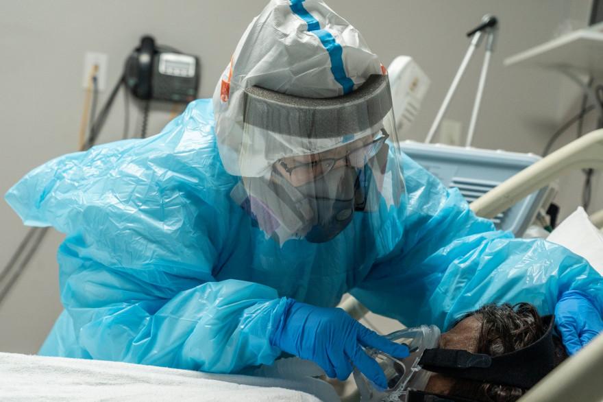 Le personnel médical installe un masque à oxygène pour un patient dans l'unité de soins intensifs Covid-19 (USI) au United Memorial Medical Center le 28 décembre 2020 à Houston, Texas.