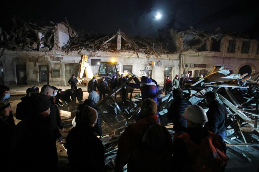 Des bénévoles dégagent les décombres des bâtiments endommagés à Petrinja, à environ 50 km de Zagreb, après que la ville a été frappée par un tremblement de terre de magnitude 6,4 le 29 décembre 2020.