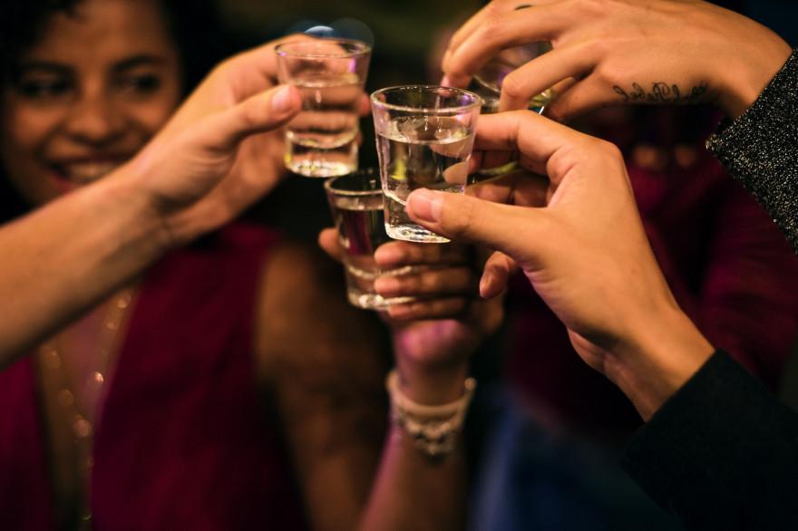 Des amis boivent de l'alcool (illustration)