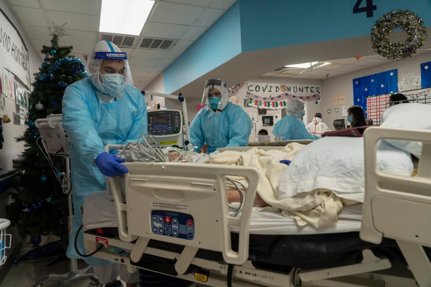 Les membres du personnel médical transportent un patient dans l'unité de soins intensifs Covid-19 (USI) du United Memorial Medical Center le 29 décembre 2020 à Houston, Texas.