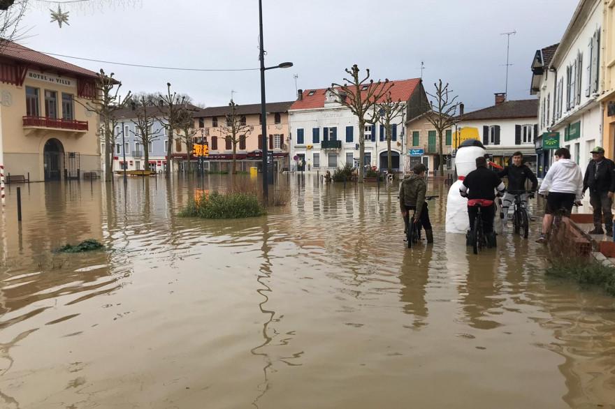 Les rues de Tartas, dans les Landes, inondées, le 1er janvier 2021