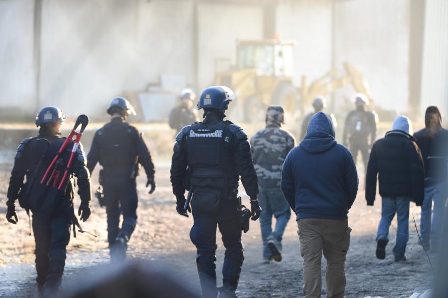 Des gendarmes démantèlent une rave près d'un hangar désaffecté à Lieuron à environ 40 km au sud de Rennes, le 2 janvier 2021.
