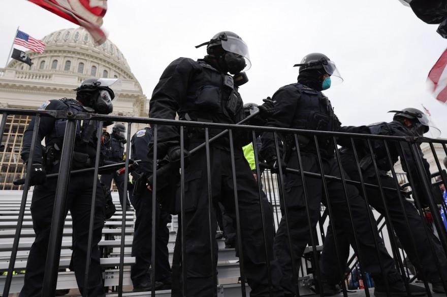 Les forces de l'ordre américaine, lors de l'intrusion de manifestants pro-Trump au Capitole, le 6 janvier 2021