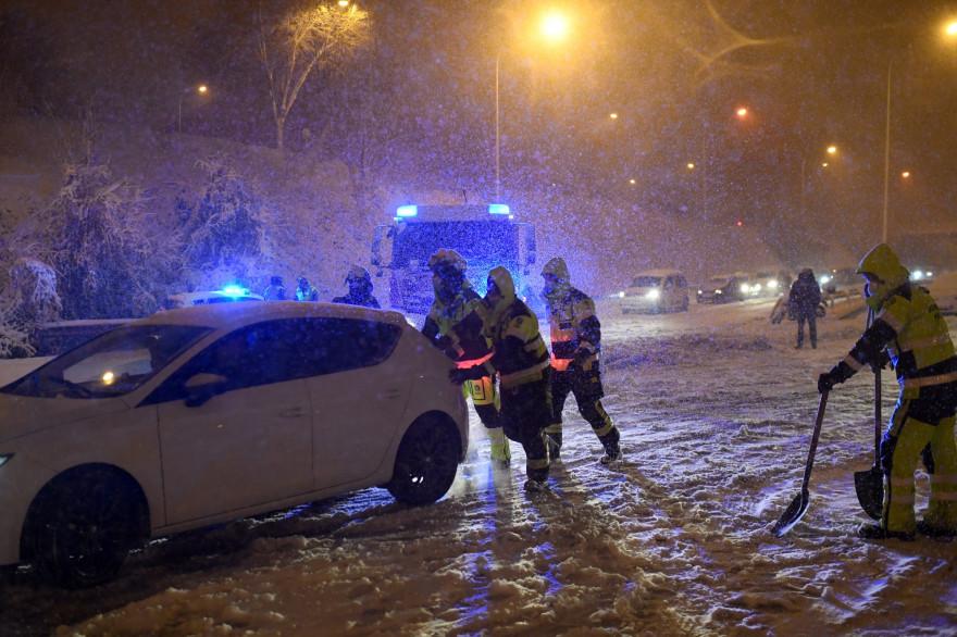 Les pompiers aident les véhicules bloqués sur le périphérique M30 à Madrid en raison d'une forte tempête de neige le 8 janvier 2021