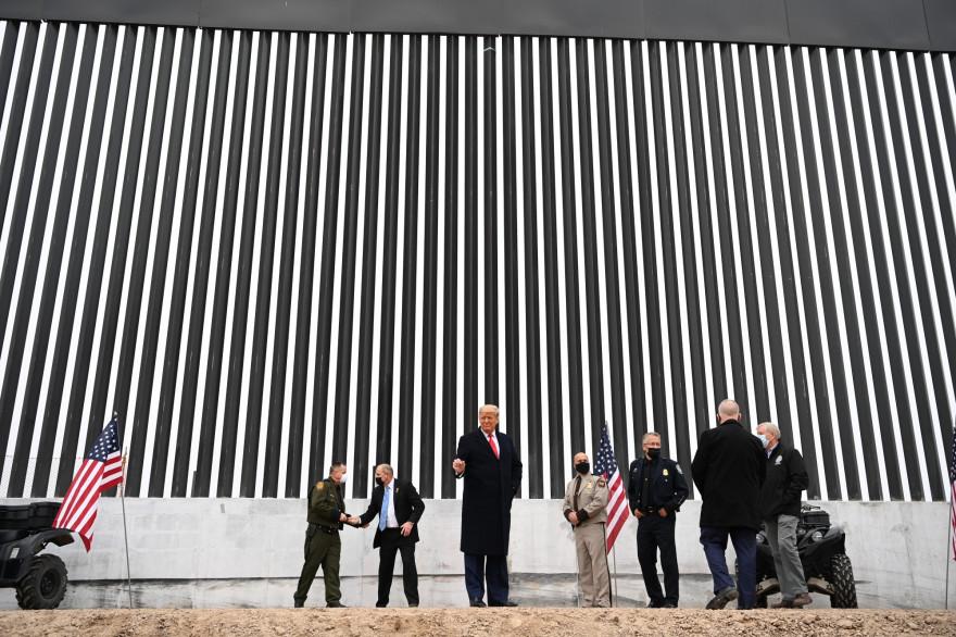 Donald Trump devant une section du mur entre les États-Unis et le Mexique, le 12 janvier 2021.