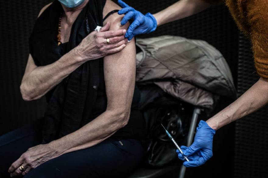 Une femme reçoit le vaccin contre la Covid-19, au Palais des Sports de Lyon, utilisé comme centre de vaccination, le 14 janvier 2021.