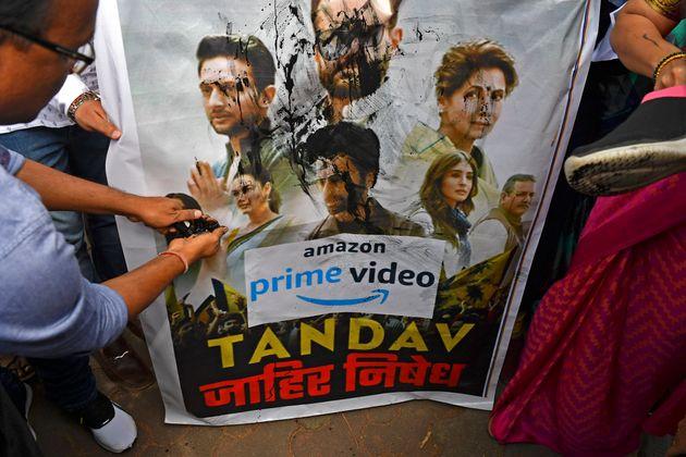 """Des partisans indiens du parti au pouvoir versent de l'encre sur un poster de la série """"Tandav"""" le 18 janvier 2021 à Mumbai, en Inde"""