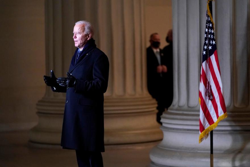 """Joe Biden prononçant un discours lors de la soirée """"Celebrating America"""", quelques heures après la cérémonie d'investiture, le 20 janvier 2020."""
