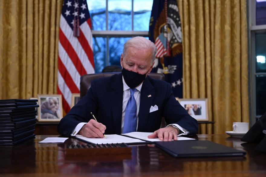 Joe Biden signant ses 17 premiers décrets présidentiels, le 20 janvier 2021