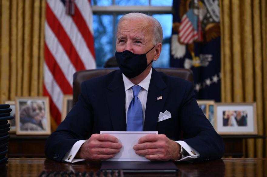 Joe Biden lors de ses premiers instants dans le Bureau Oval, le 20 janvier 2021