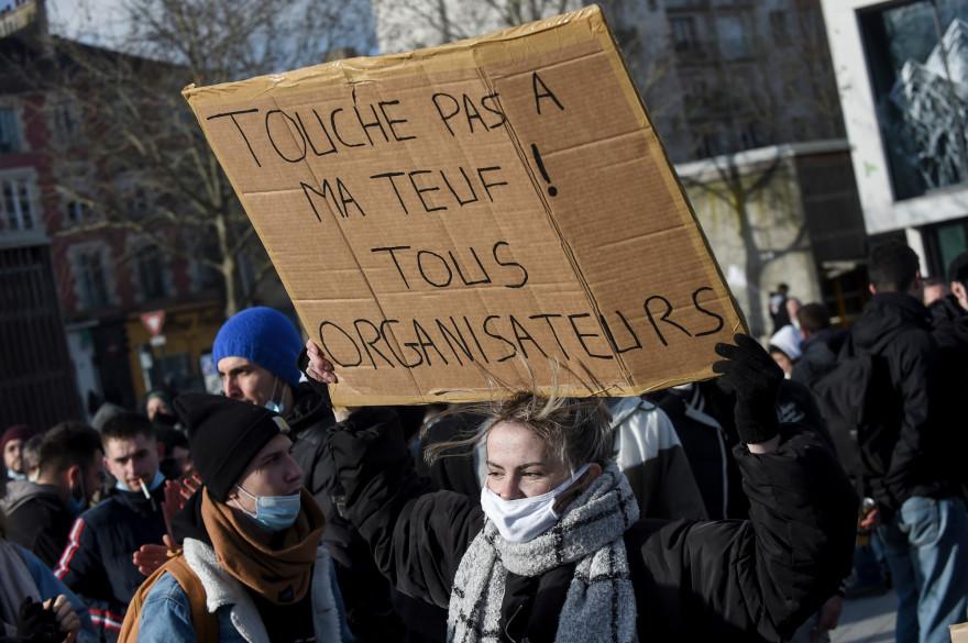 Une manifestante lors d'un rassemblement pour soutenir les organisateurs d'une rave party organisée le soir du Nouvel An, à Rennes le 23 janvier 2021.