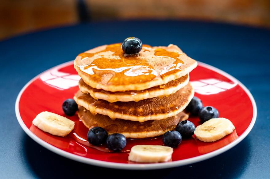 Des pancakes arrosés de sirop d'érable