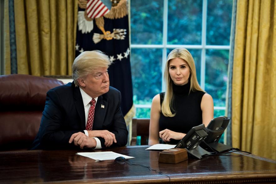 Ivanka Trump, assise aux cotés de son père Donald Trump, dans le Bureau ovale, le 24 avril 2017