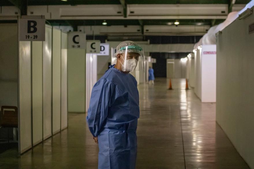 Un soignant à l'hôpital de campagne Nasrec de Soweto à Johannesburg en Afrique du Sud, le 25 janvier 2021.
