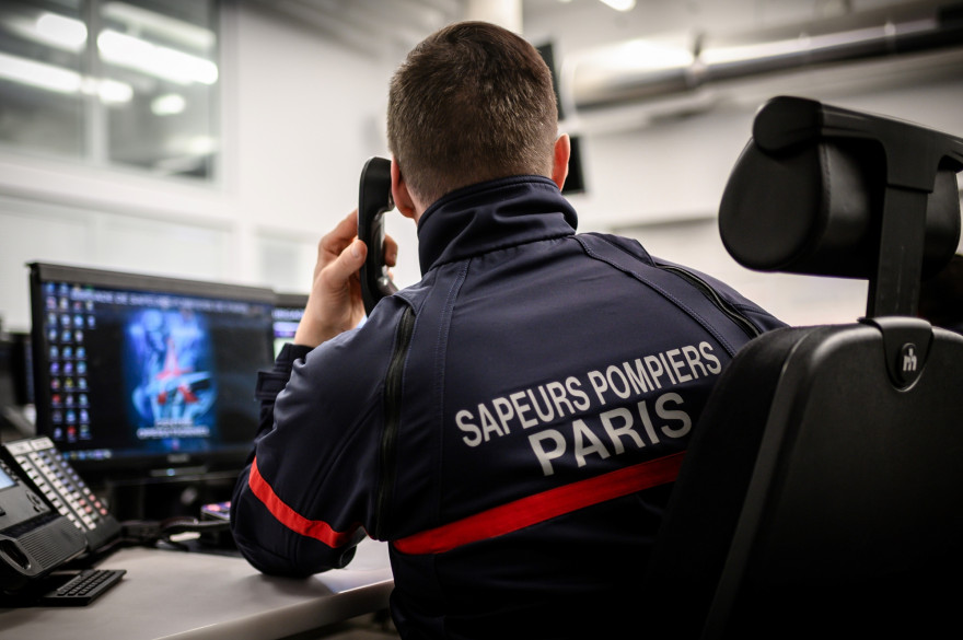 Un pompier dans un centre d'appels à Paris, le 24 janvier 2019.