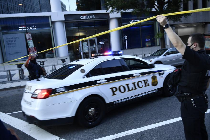 Activité policière à l'entrée de Pennsylvania Avenue près de la Maison Blanche peu après que des gardes des services secrets ont tiré sur une personne apparemment armée, devant la Maison Blanche le 10 août 2020.