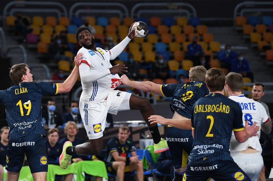 Le Français Dika Mem face à la Suède en demi-finale du Mondial de handball en 2021