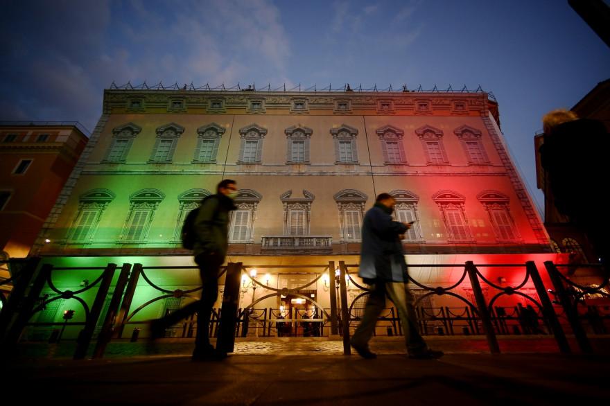 Des Italiens devant le palais Madame à Turin le 19 janvier 2021