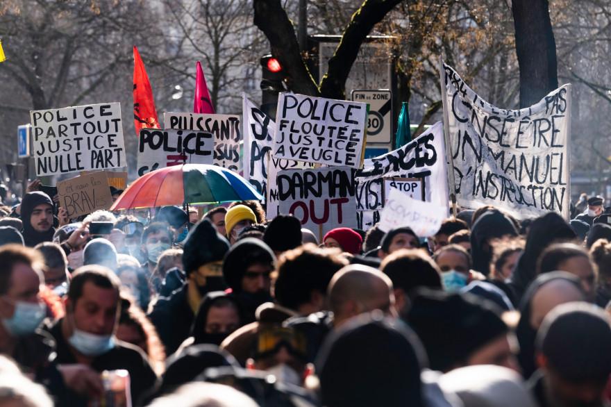 """Des manifestants contre la loi """"Sécurité globale"""", à Paris, le 30 janvier 2021"""