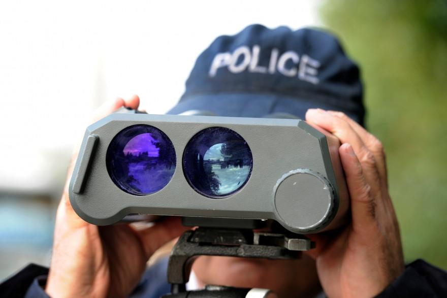 Un policier effectue à l'aide d'un radar des contrôles de vitesse excessive, sur les quais de Bordeaux, le 29 octobre 2011 alors que le long week-end de la Toussaint vient de commencer.