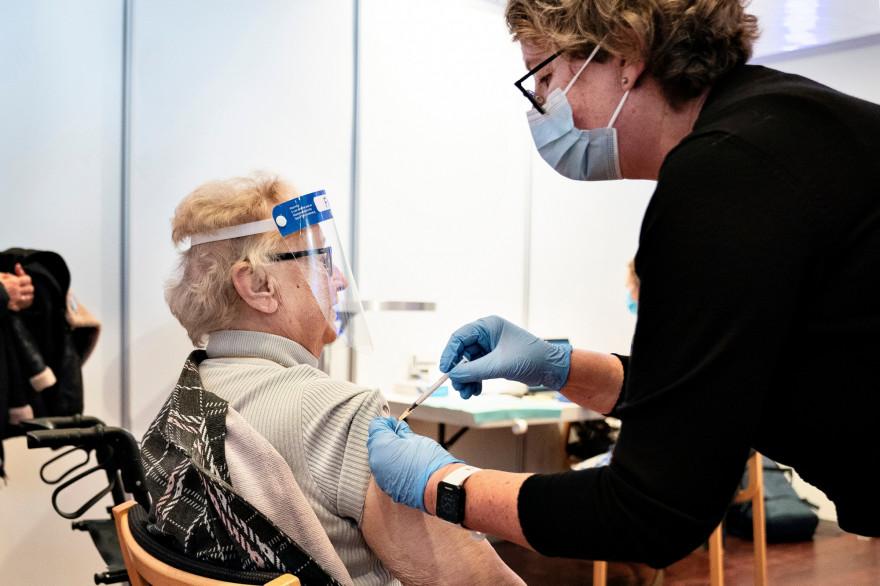 Une femme âgée vaccinée à Aalborg, au Danemark.