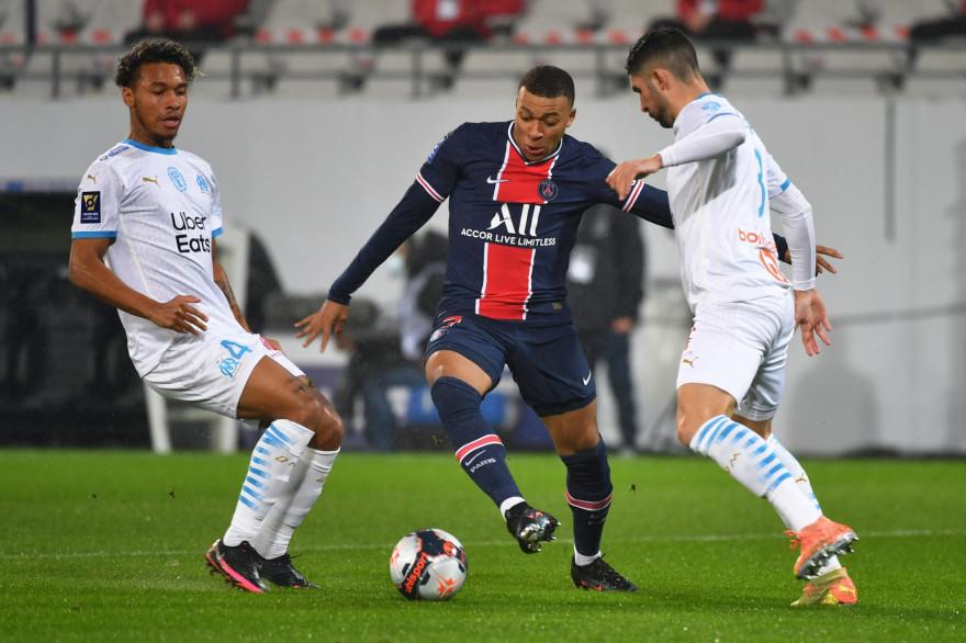 Kylian Mbappé entre Boubacar Kamara et Alvaro Gonzalez le 13 janvier 2021 à Lens