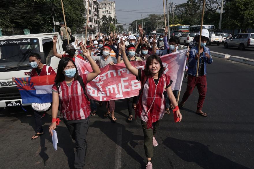 À Rangoun, une manifestation contre le coup d'État en Birmanie, le 6 février 2021.