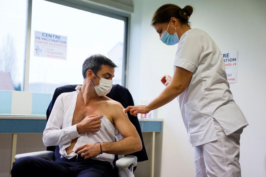 Olivier Véran recevant la première dose du vaccin AstraZeneca, le 8 février 2021