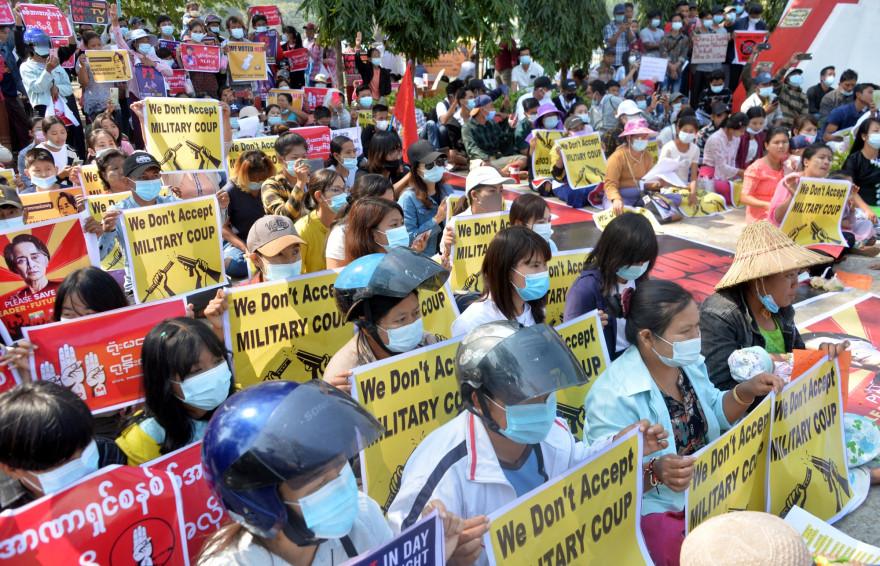 Des manifestants en Birmanie le 14 février 2021
