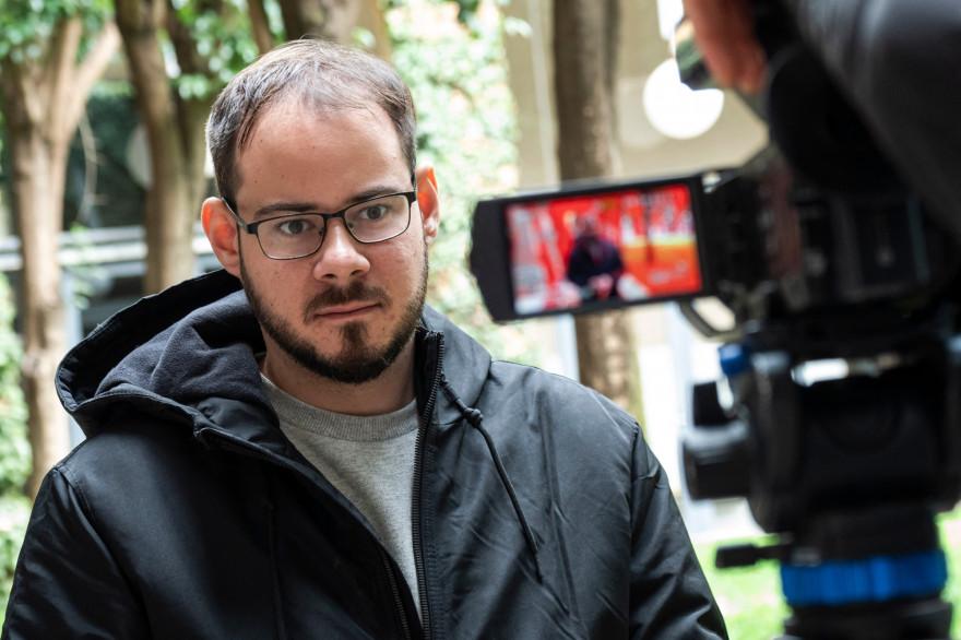 Le rappeur espagnol Pablo Hasel est poursuivi pour des tweets insultant envers les forces de l'ordre et la monarchie espagnole.
