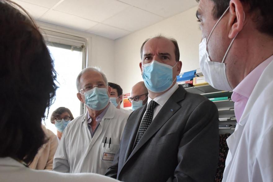 Le Premier ministre Jean Castex lors d'une visite du Centre hospitalier universitaire (CHU) de Nantes, le 26 février 2021.