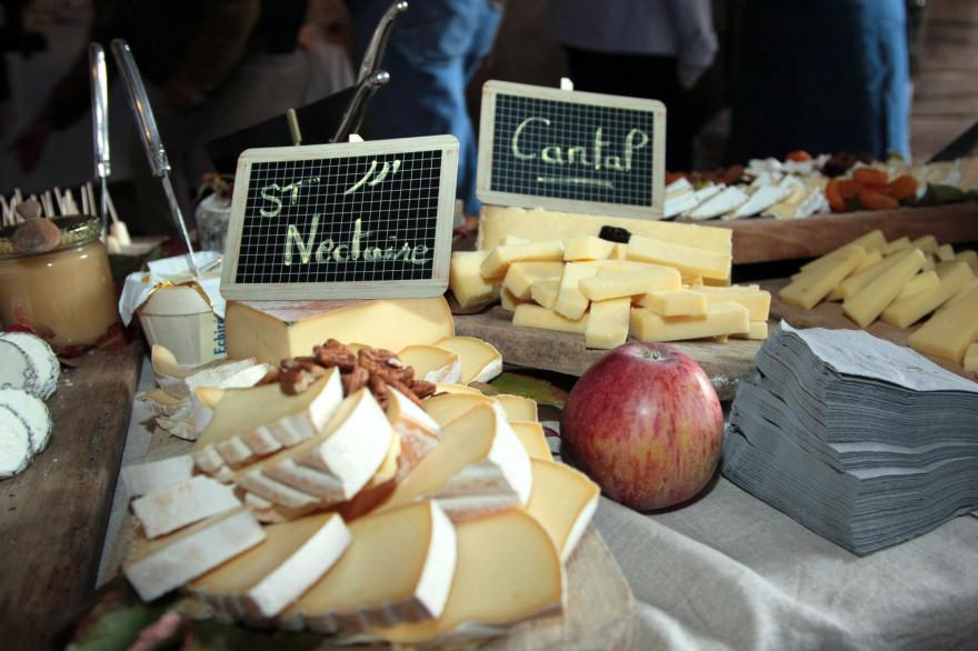 Un plateau de fromages composé de morbier et de cantal (illustration)
