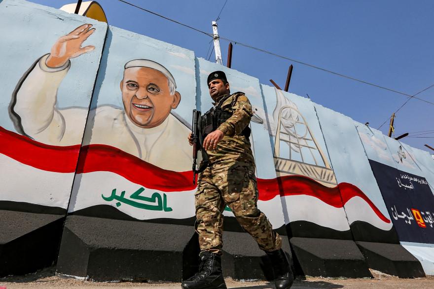 Un membre des forces irakiennes à Bagdad, près de la cathédrale Notre-Dame du Perpétuel secours, le 1er mars 2021