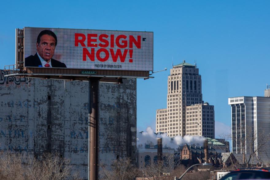 Un panneau publicitaire à Albany, New York exhorte le gouverneur de New York Andrew Cuomo à démissionner après des accusations de harcèlement sexuel.