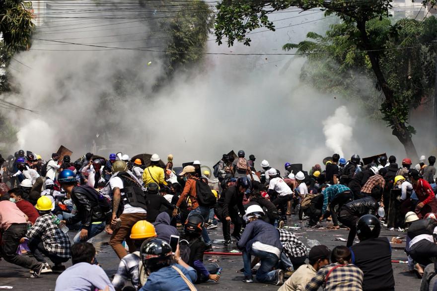 La police tire des gaz lacrymogènes lors d'une manifestation contre le coup d'État militaire à Mandalay le 3 mars 2021.