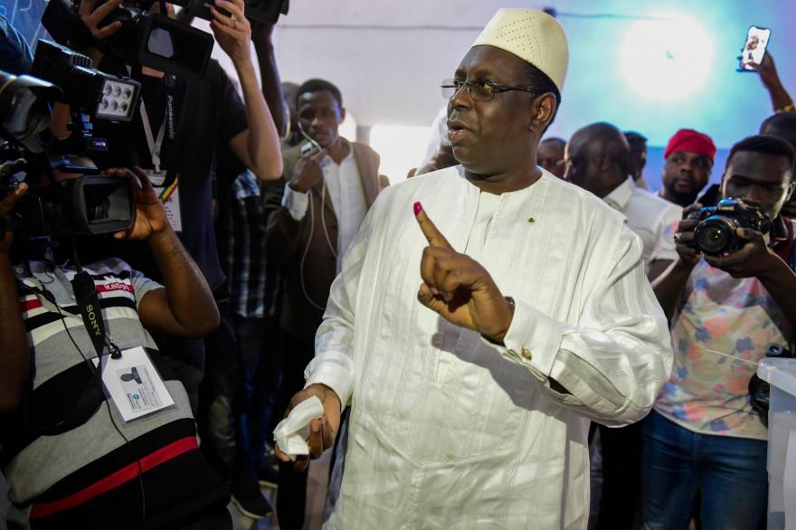 Le président sénégalais Macky Sall sort du bureau de vote le 24 février 2019