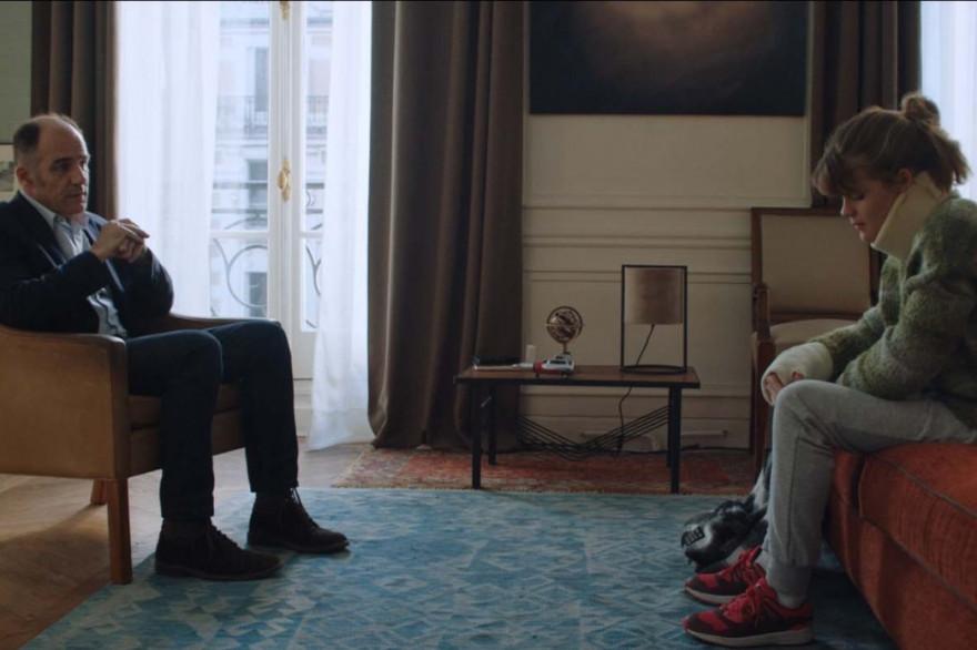 """Le Dr. Dayan (Frédéric Pierrot) et Camille (Céleste Brunnquell) dans un épisode de la série """"En Thérapie"""" (Éric Toledano & Olivier Nakache, 2021)."""