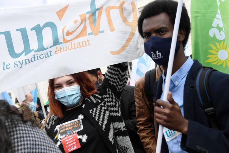 Des manifestants brandissaient une banderole du syndicat étudiant Unef lors d'une manifestation de jeunes contre la précarité des étudiants à Paris le 16 mars 2021.