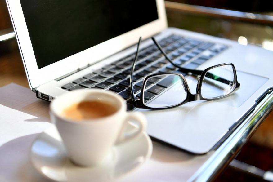 Une photo prise le 15 mars 2020 montre des lunettes sur un ordinateur portable à un bureau à domicile (illustration).