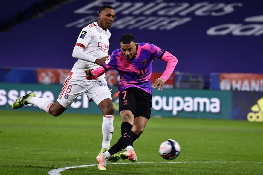 Kylian Mbappé devant Marcelo le 21 mars 2021 à Décines-Charpieu