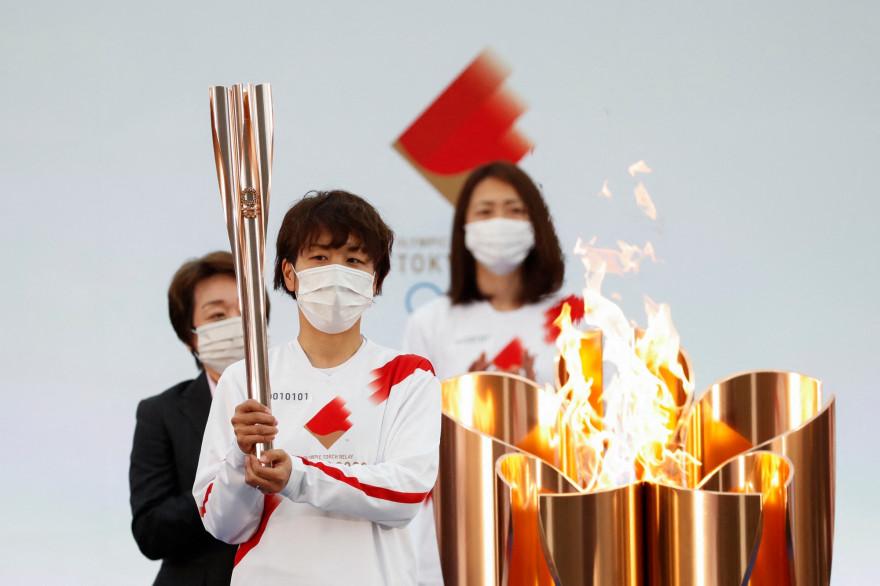 La torche métallique d'or rose a été enflammée au complexe sportif J-Village à Fukushima le 25 mars 2021