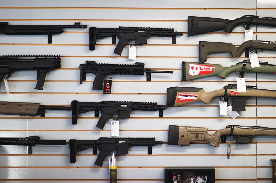 Des fusils à vendre dans une armurerie américaine