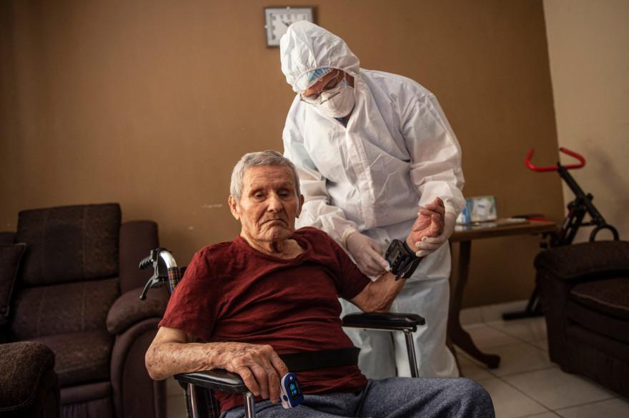 Un homme se faisant vacciner chez lui à Lima au Pérou (illustration).