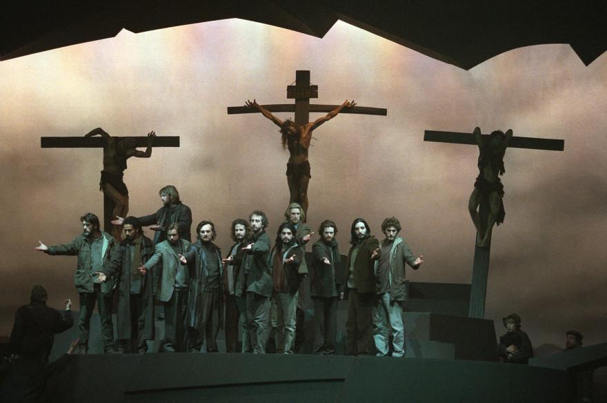 """La scène de """"Jésus, la résurrection"""" interprétée, le 5 avril 2000 sur la scène du Palais des Sports à Paris, lors d'une répétition du spectacle de Robert Hossein"""