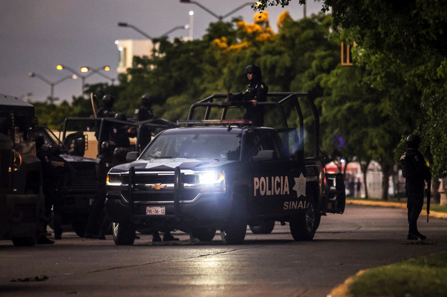La police patrouille dans une rue de Culiacan, dans l'État de Sinaloa, au Mexique, le 17 octobre 2019.