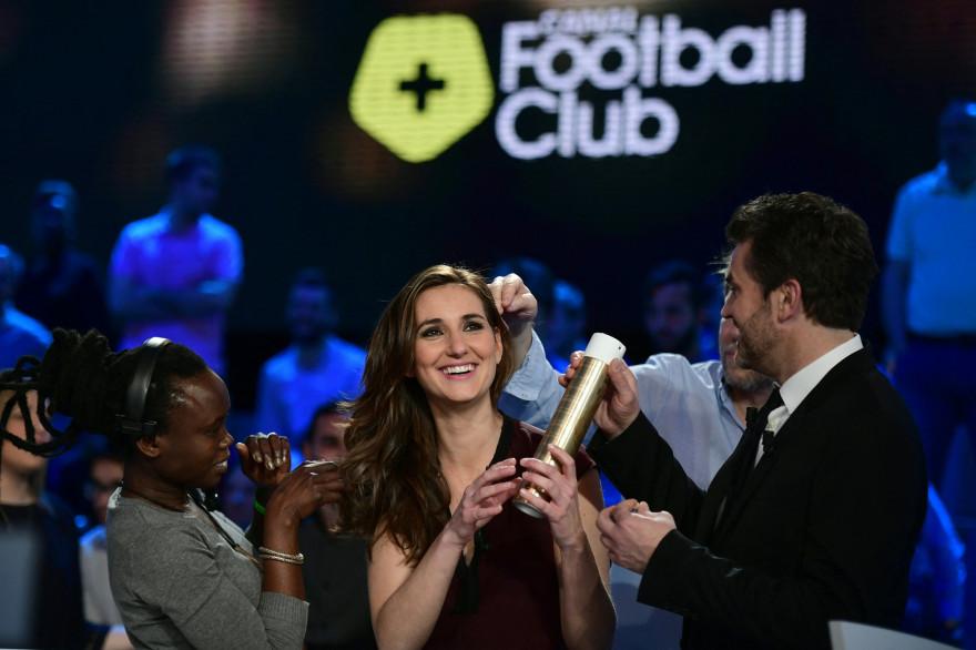 """Marie Portolano et Hervé Mathoux sur le plateau du """"Canal Football Club"""" le 27 mars 2016"""