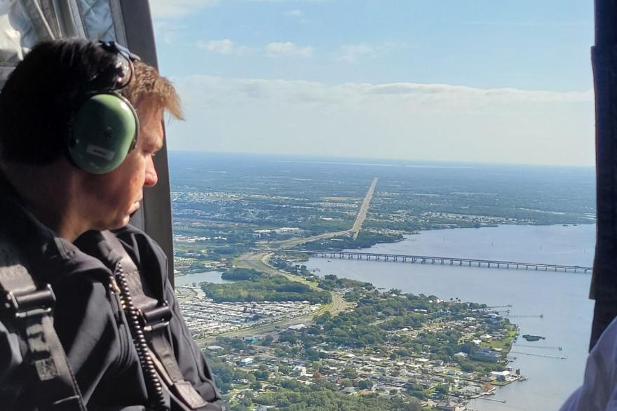 Le gouverneur de Floride, Ron DeSantis survole la baie de Tampa.