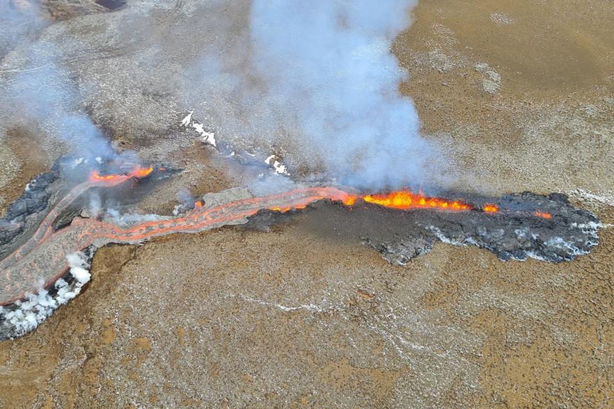 L'éruption volcanique aux abords du mont Fagradalsfjall, en Islande, s'est étendue avec une nouvelle faille de lave