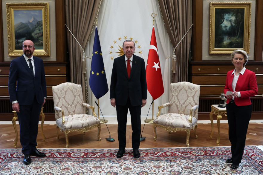 Le président turc Recep Tayyip Erdogan recevant à Ankara le président du Conseil de l'UE Charles Michel et la présidente de la Commission européenne Ursula Von der Leyen, le 6 avril 2021