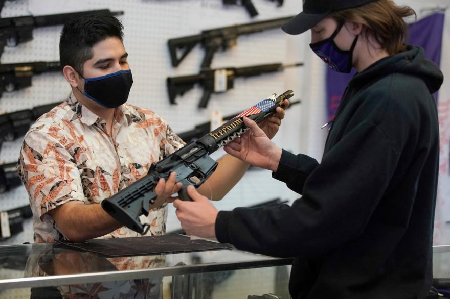 Un client regardant un fusil AR-15 dans l'Utah, le 4 février 2021